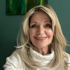 Customer Photo wearing Spotlight Wig by Raquel Welch